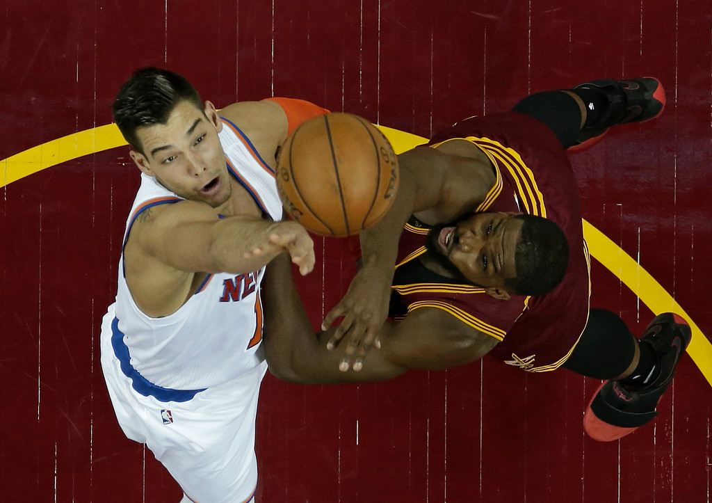 . New York Knicks\' Willy Hernangomez, left, from Spain, and Cleveland Cavaliers\' Tristan Thompson battle for a loose ball in the first half of an NBA basketball game, Thursday, Feb. 23, 2017, in Cleveland. (AP Photo/Tony Dejak)
