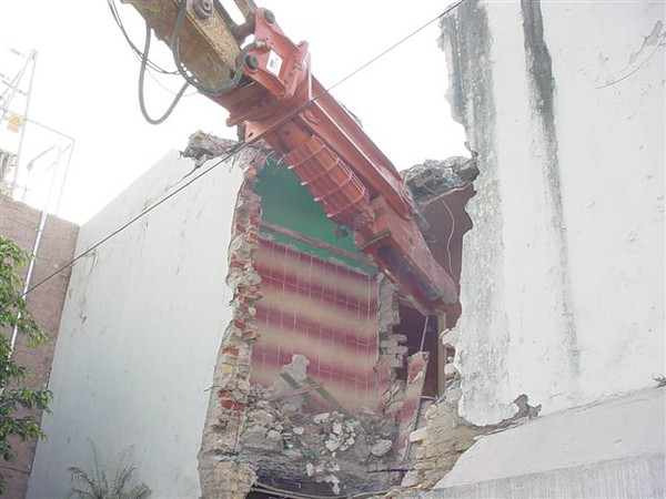 NPK M38K demolition shear on Deere excavator-commercial demolition (4).jpg