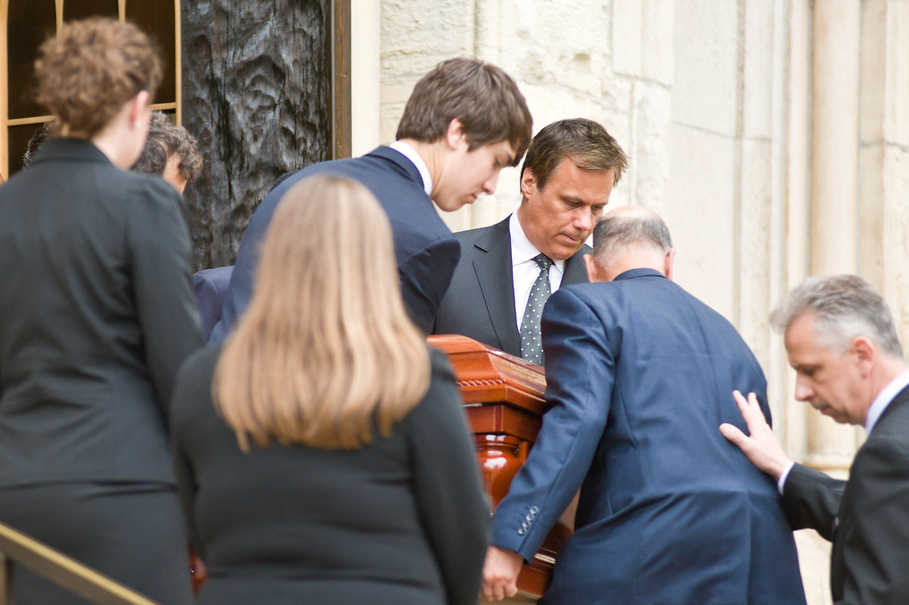 . CHICAGO, IL - APRIL 08:  Richard Roeper helps carry the coffin at funeral services for Roger Ebert at Holy Name Cathedral on April 8, 2013 in Chicago, Illinois.  (Photo by Timothy Hiatt/Getty Images)