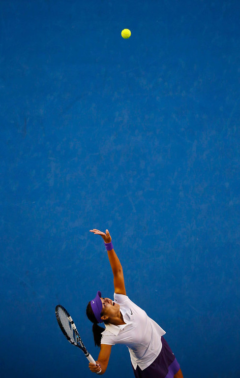 . Li Na of China serves to Victoria Azarenka of Belarus during their women\'s singles final match at the Australian Open tennis tournament in Melbourne January 26, 2013. REUTERS/David Gray