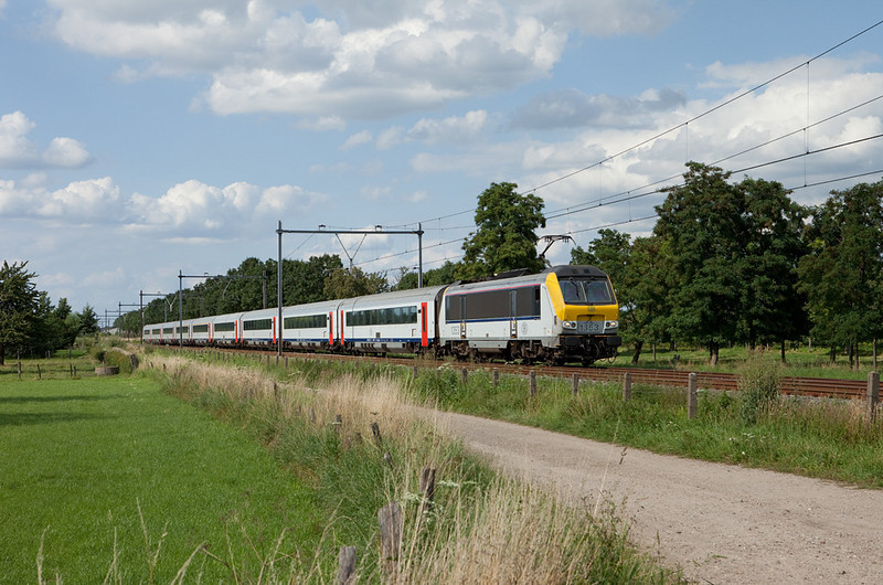 SNCB class 13s ran through between Brussels/B and Maastricht in Intercity service until the end of 2011. Here 1353 leads an IC-O Maastricht-Brussels southbound as it rolls towards home rails at Maarland.