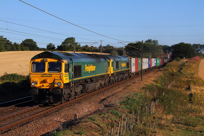 66567+66572 on the 4L83 Leeds to Felixstowe at Baylham on the 4th August 2015.JPG