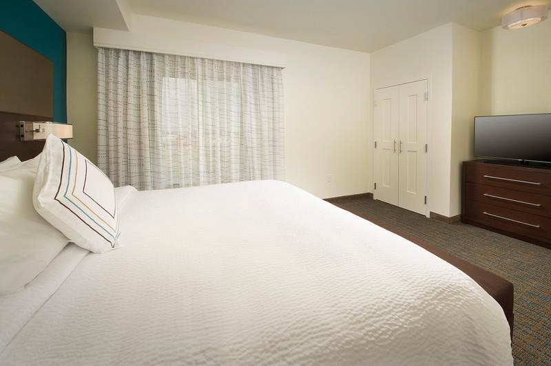 19 - King Guestroom - RI Texarkana.jpg