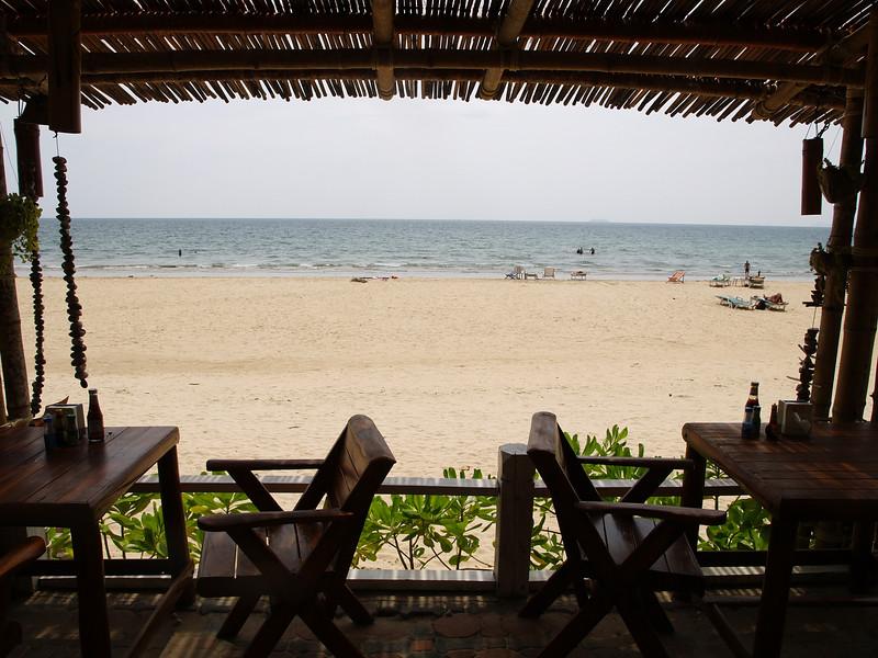Klong Dao er den nordligste stranden på Koh Lanta. Her sett fra strandrestauranten på Southern Lanta. --- Klong Dao is the northernmost beach on Koh Lanta. Here seen from the beach restaurant at Southern Lanta. (Foto: Geir)