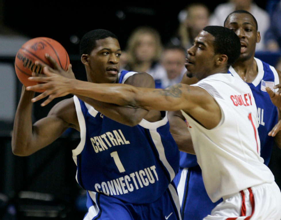 . Ohio State guard Mike Conley Jr., right, defends Central Connecticut\'s Dannie Powell during the first half of an  NCAA Tournament South Regional first-round basketball game in Lexington, Ky., Thursday, March 15, 2007.  (AP Photo/Ed Reinke)