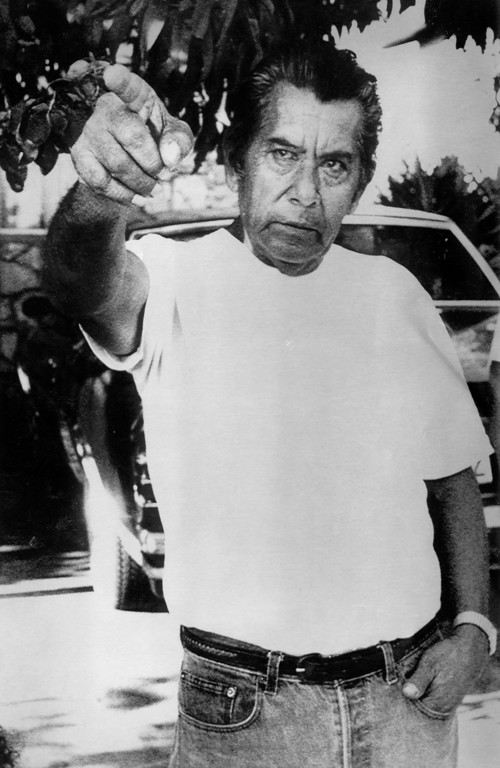 . Jose Burgoin points to the spot where he and his sons tackled Richard Ramirez on August 31, 1985.  (Daily News file photo)