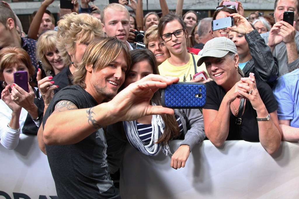 """. Keith Urban greets fans after his performance on NBC\'s \""""Today\"""" at NBC\'s TODAY Show on September 10, 2013 in New York City. (Photo by Taylor Hill/Getty Images)"""