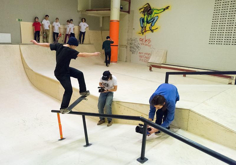 Sami Miettinen skeittaa kun Pirkka ja Marko videokuvaavat suoritusta.