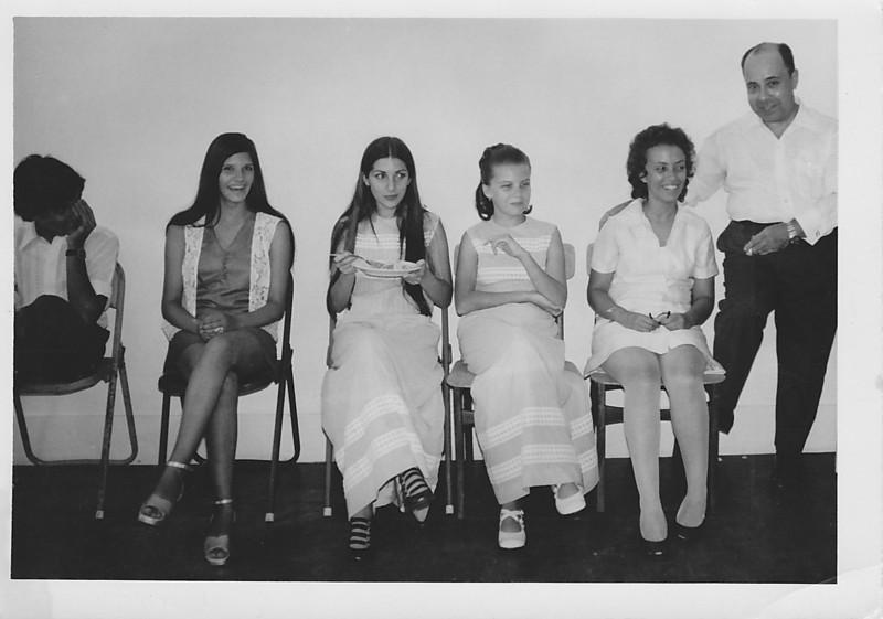 """Lukapa. 24/9/1972. NANY TAVARES E TOZÉ LOURENÇO Ceu Inacio(?), Zelinha """"Adalberto"""",  Fátinha Rosa , Isabel Medeiros e Dr. Pinto Sousa"""