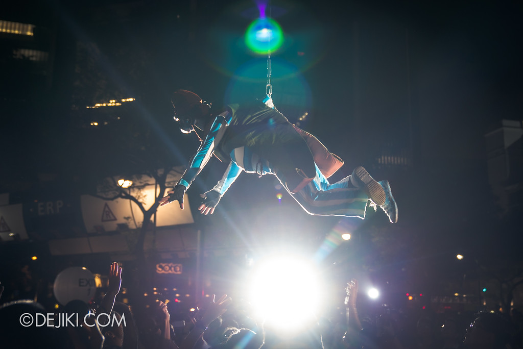 Singapore Night Festival / GLOBE by Close-Act Theatre show - Flying man above the crowd