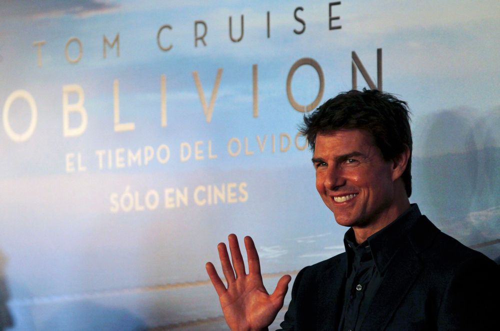 ". U.S. actor Tom Cruise poses as he arrives for the world premiere of his movie ""Oblivion\"" in Buenos Aires March 26, 2013. REUTERS/Marcos Brindicci (ARGENTINA - Tags: ENTERTAINMENT)"
