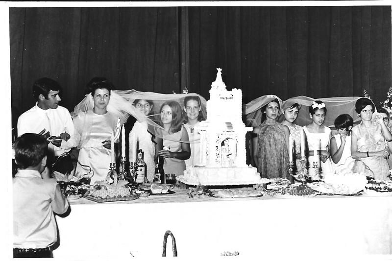 """Andrada. 29/09/1968. NÉ JOSEFA E ANTÓNIO CAMPOS Antonio, Ne', Ana Maria Josefa, Mina Ferraz, Paula Santos David, Zelinha Adalberto, as duas filhas do eng. da """"capia"""", Paula Pinho Barros, Nanda Ferreira da Silva"""