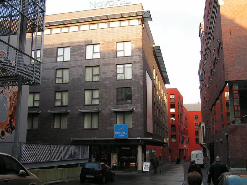 Het Brouwerijgebouw met zijn Congres-en Erfgoedcentrum Lamot ligt centraal op de Site. Daarnaast is er ook een Hotel (Novotel), een Warenhuis (Match Mechelen), meerdere kleine shops, een wellness-center, bureauruimten en 44 luxe-appartementen. Ondergronds vindt u een parking voor ongeveer 220 wagens.