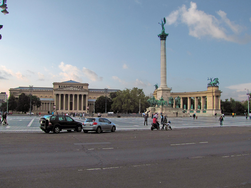 91-Fine Arts Museum (left), Heroes' Square, and Millennium Monument (all 1896).