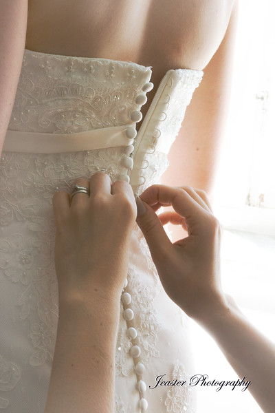 buttoning-of-thr-weddingdress-jeaster-photography.jpg