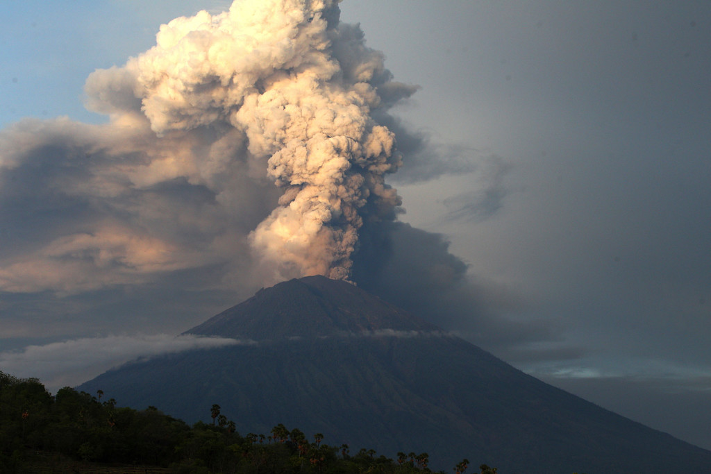 . A view of the Mount Agung volcano spewing smoke and ash in Karangasem, Bali, Indonesia, Tuesday, Nov. 28, 2017. Indonesia authorities raised the alert for the rumbling volcano to highest level on Monday and closed the international airport on the tourist island of Bali stranding some thousands of travellers. (AP Photo/Firdia Lisnawati)