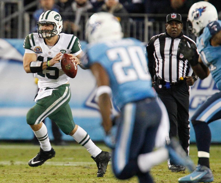 . New York Jets\' quarterback Tim Tebow (15) looks for a receiver up field in the first half of their NFL Monday Night football game with the Tennessee Titans in Nashville, Tennessee December 17, 2012. REUTERS/Harrison McClary (UNITED STATES - Tags: SPORT FOOTBALL)