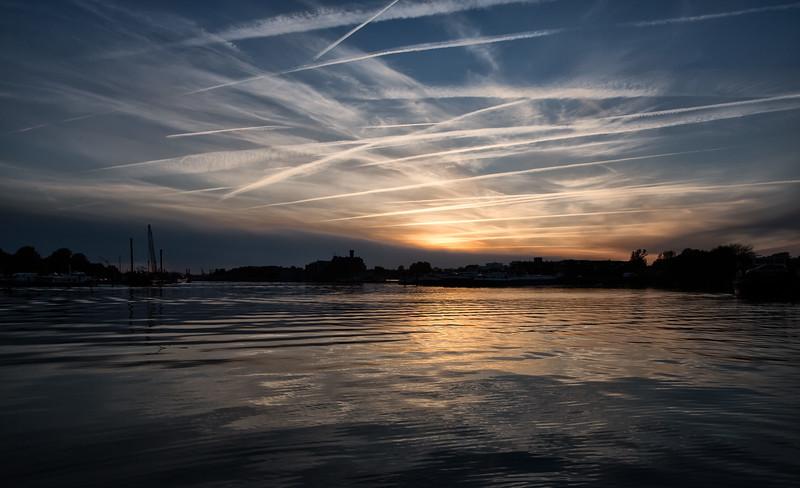 Elbe am Abend mit Kondensstreifen am Himmel