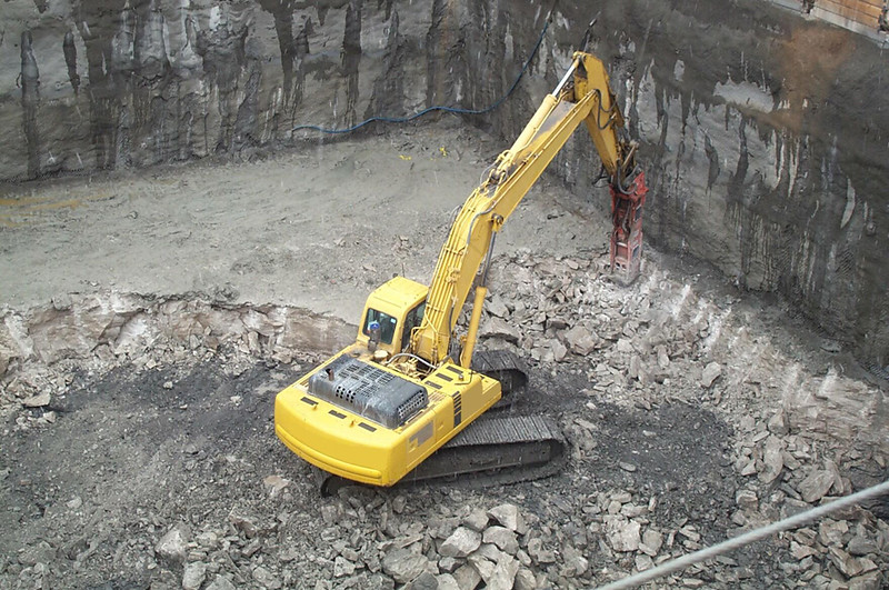 NPK GH18 hydraulic hammer on Komatsu PC400LC excavator (1).jpg