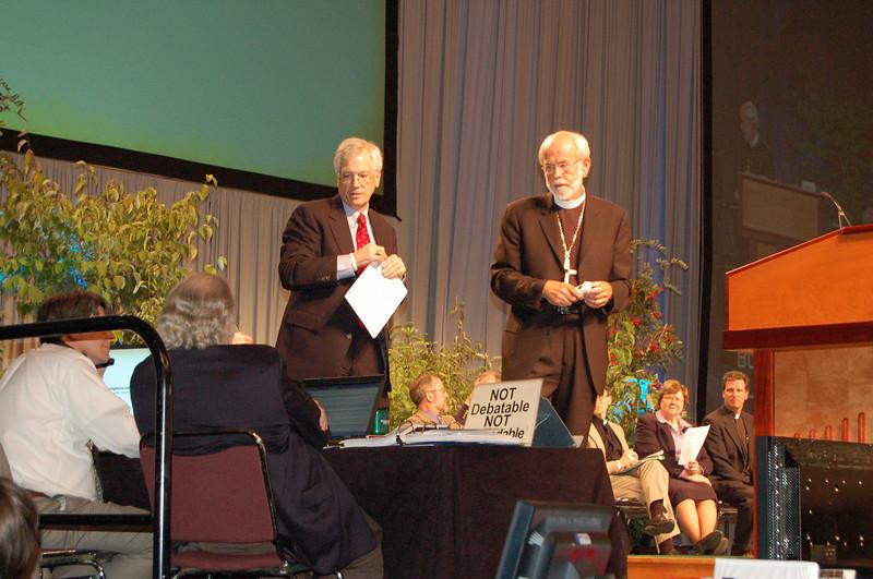 Parliamentarian Pr. Lyle Kleman, David Swartling, and Presiding Bishop Mark Hanson discuss a proposed motion.