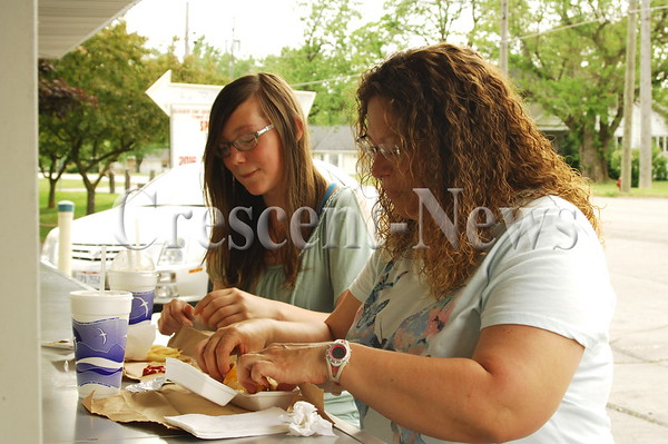 05-27-16 NEWS Lunch at A & W in Antwerp