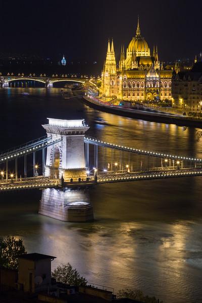 Chain Bridge and Parliament vertical