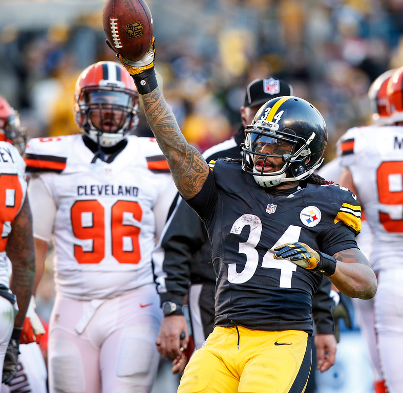 . Pittsburgh Steelers running back DeAngelo Williams (34) celebrates his touchdown during the second half of an NFL football game against the Cleveland Browns in Pittsburgh, Sunday, Jan. 1, 2017. (AP Photo/Jared Wickerham)