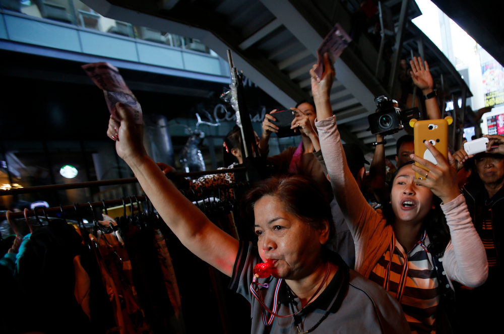 . Supporters of the anti-government movement wait to donate money to a passing demonstration in Bangkok, Thailand, Tuesday, Jan. 21, 2014. Thailand has declared a state of emergency in Bangkok and its surrounding areas to cope with anti-government protests that have stirred up violent attacks. (AP Photo/Wally Santana)