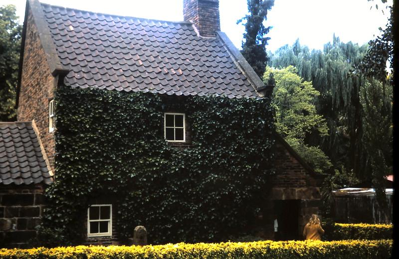 1972-12 (4) Captain Cooks Cottage.JPG