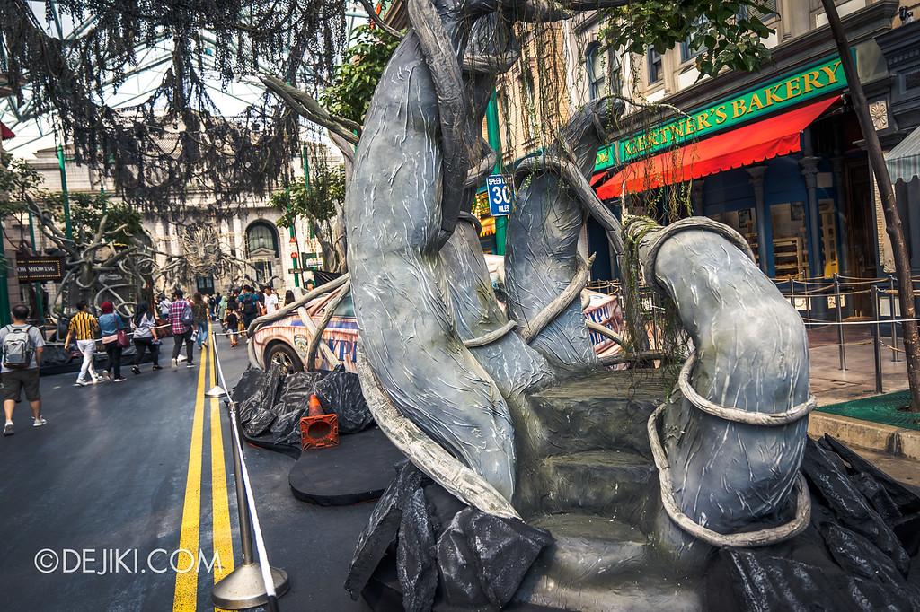 Universal Studios Singapore Halloween Horror Nights 8 / Apocalypse Earth scare zone tree platform