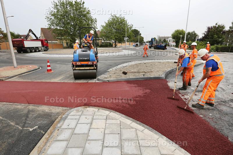 Er wordt hard gewerkt aan de nieuwe rotonde die wordt aangelegd bij kruising Middel Broekweg, Tiendweg, Pijletuinenweg. Vrijdag gaat hij officieel open voor het publiek. Lange tijd was deze verkeersader dicht voor het verkeer - NAALDWIJK 12 AUGUSTUS 2015 - FOTO NICO SCHOUTEN