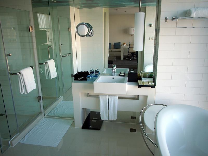 PA134052-bathroom.JPG