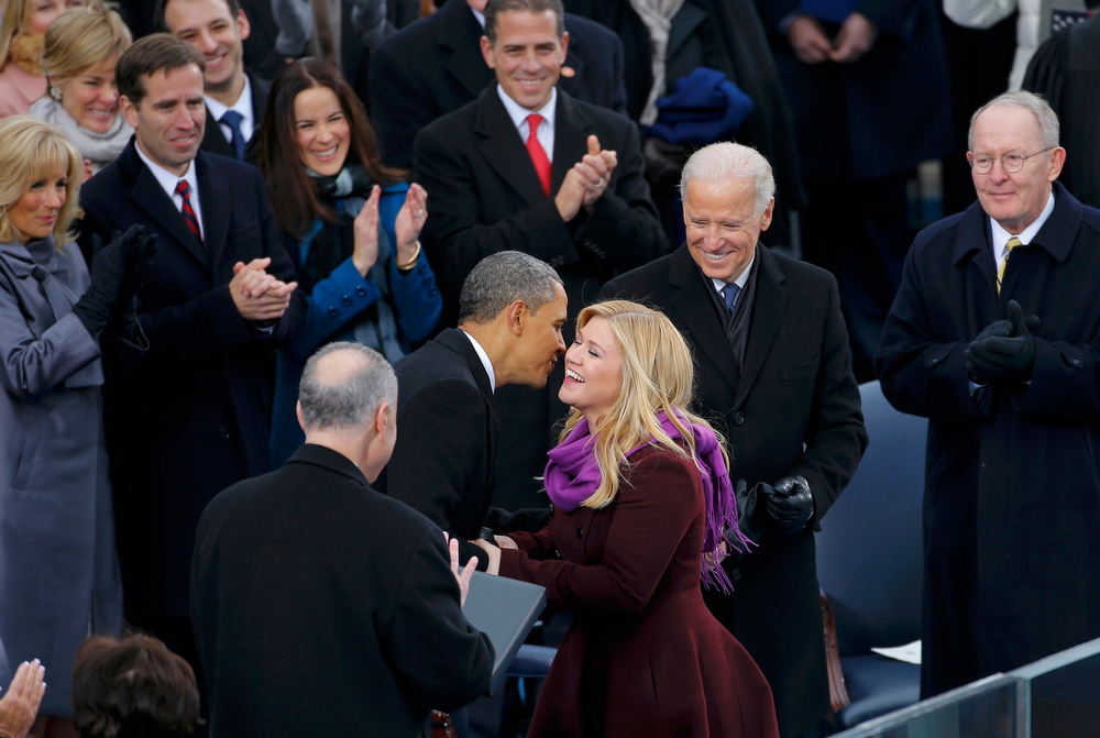 Description of . Singer Kelly Clarkson is kissed by U.S. President Barack Obama after her performance during inauguration ceremonies in Washington, January 21, 2013.  REUTERS/Brian Snyder
