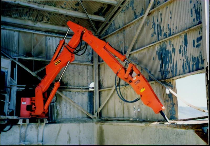 NPK B600 pedestal boom system with E series hammer-rock breaking indoors (1).JPG