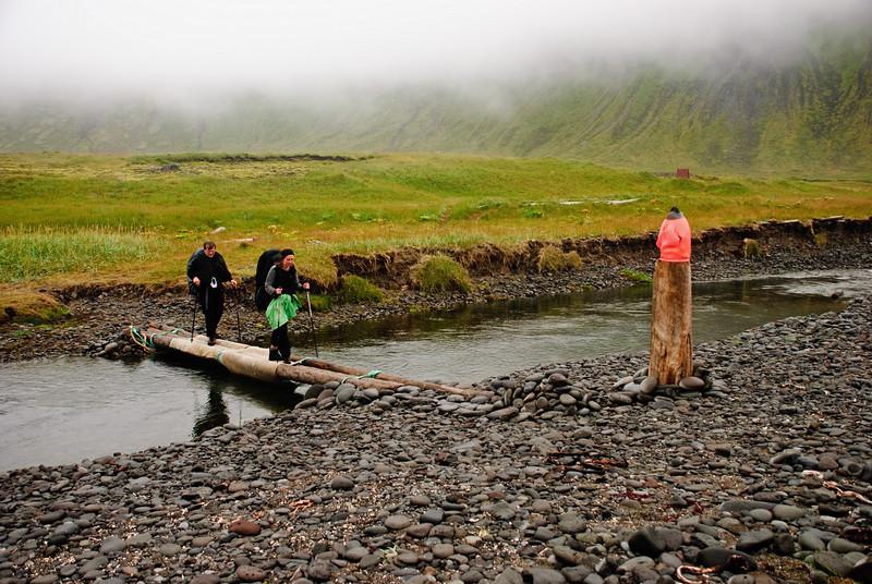Jón og Sonja fara yfir brúnna í Hlöðuvík