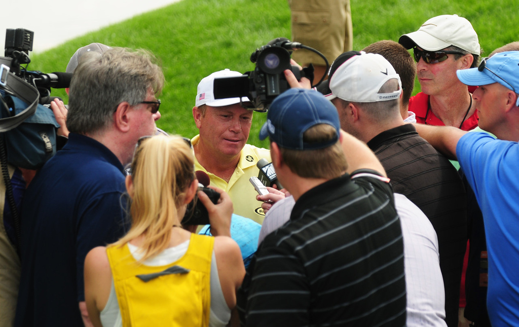 . Jeff Sluman is surrounded by media after finishing with a 62 on Sunday, the final day of the 3M Championship. (Pioneer Press: Scott Takushi)