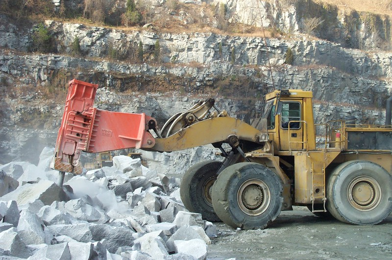 NPK E225 hydraulic hammer on Cat wheel loader (15).JPG