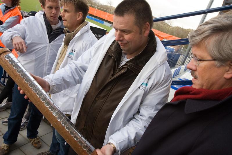 NK Veldloop voor Gemeenteambtenaren 2008. De lopers van Zutphen hebben de 160 km naar Katwijk in estafette afgelegd! Wethouder Wim de Jong en stichting voorzitter Michel Melis nemen de 'paal' met daarop alle organiserende gemeenten in ontvangst.