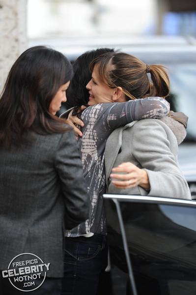 Jennifer Garner Gives Christmas Presents to Pals, LA