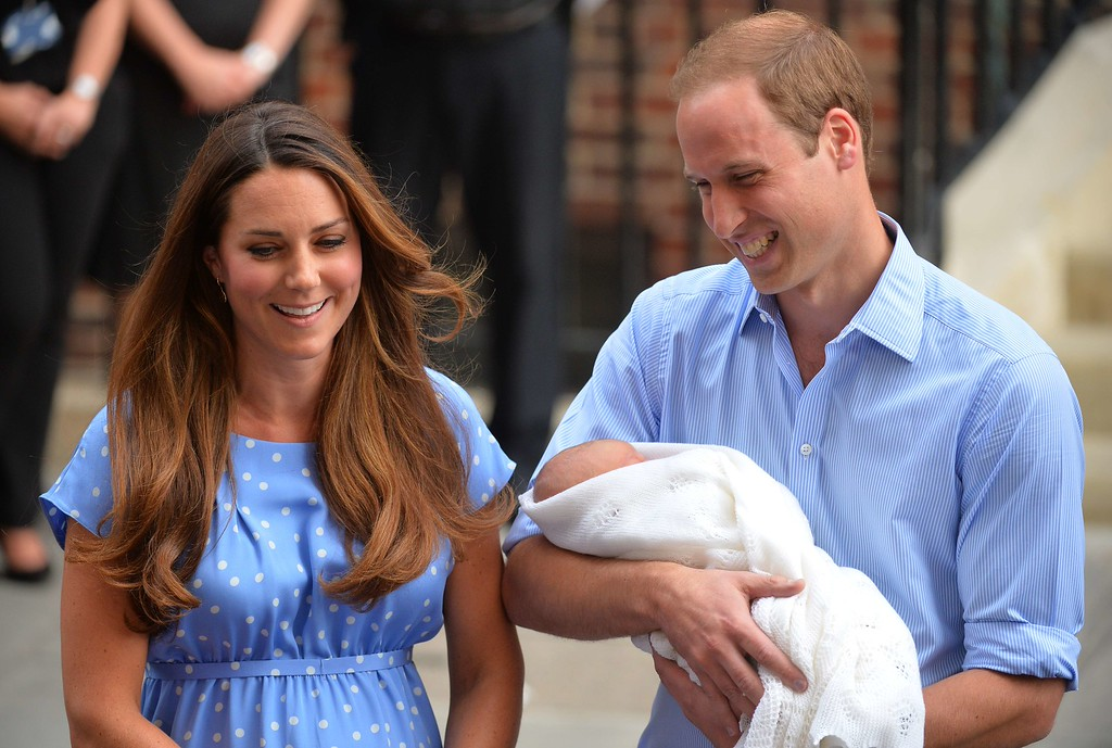 . Prince William and Catherine, Duchess of Cambridge show their new-born baby boy to the world\'s media outside the Lindo Wing of St Mary\'s Hospital in London on July 23, 2013.  AFP PHOTO / LEON NEAL/AFP/Getty Images