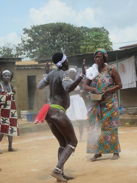 029_Aniassué. L'École des Femmes Fétiches Komians. 15 de 20. Les Danses Komians. Initiation après 18 mois. Elle éveille les esprits en elle.JPG
