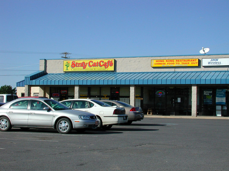 A strip mall near the hotel features 2 great places to eat. The Stray Cat Cafe features fine food including prime rib, pecializing in Mexican cuisine. The Hong Restraunt is good Chinese food.