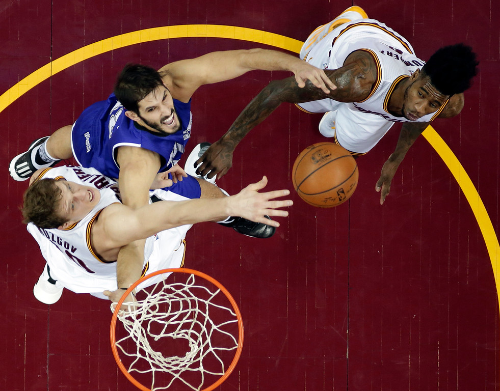 . Sacramento Kings\' Omri Casspi, center, from Israel, drives to the basket against Cleveland Cavaliers\' Timofey Mozgov, left, from Russia, and Iman Shumpert in the second half of an NBA basketball game Monday, Feb. 8, 2016, in Cleveland. The Cavaliers won 120-100. (AP Photo/Tony Dejak)
