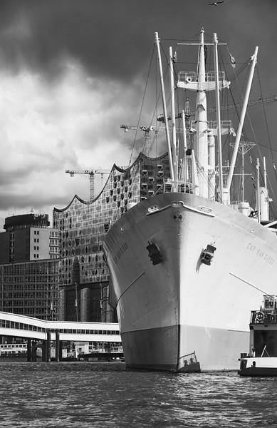 Cap San Diego Hamburg mit Elbphilharmonie in Schwarzweiß