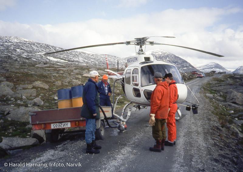 Hyttebygging for Narvik og omegn turistforening å Skjomfjellet. Transport av materiell med helikopter inn til byggeplass. Klargjøring for å dra til flyplassen for  hente med fuel.