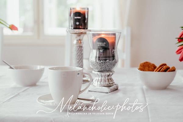 Pentikin kahvimuki ja Saaren Taika kynttilät vaaleassa sisustuksessa