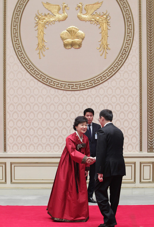 . South Korean President Park Geun-Hye meets guests during a dinner after inauguration ceremony at presidential house on February 25, 2013 in Seoul, South Korea.  (Photo by Chung Sung-Jun/Getty Images)