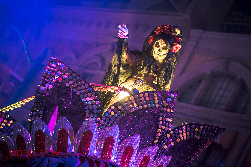 Halloween Horror Nights 6 - March of the Dead / Death March - Lady Death glances in New York