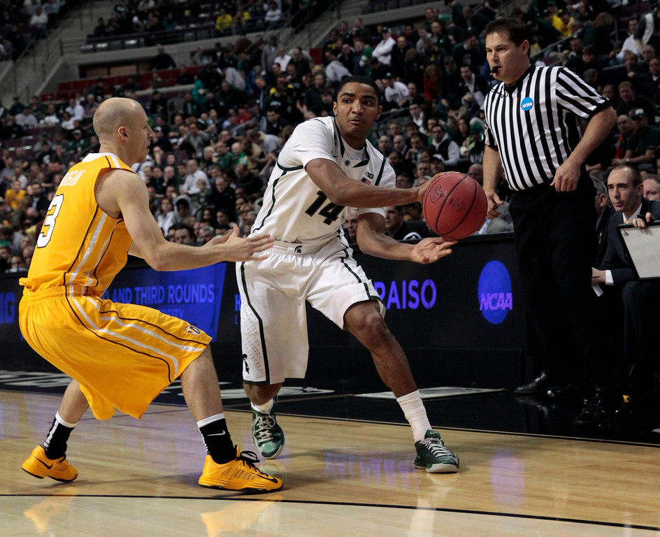 . Michigan State Spartans\' Gary Harris (R) drives on Valparaiso Crusaders\' Will Bogan during the first half of their second round NCAA tournament basketball game in Auburn Hills, Michigan March 21, 2013.  REUTERS/ Jeff Kowalsky
