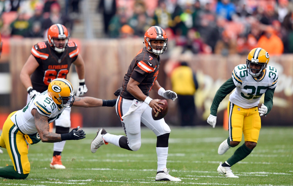 . Cleveland Browns quarterback DeShone Kizer (7) scrabbles against the Green Bay Packers in the first half of an NFL football game, Sunday, Dec. 10, 2017, in Cleveland. (AP Photo/David Richard)